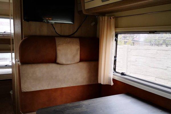 Interiér karavanu. Interiér autokaravanu. Posteľ v karavane